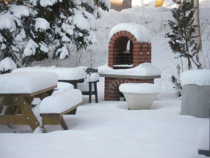 Grillplatsen i vinterskrud. Än är det långt kvar till våren...