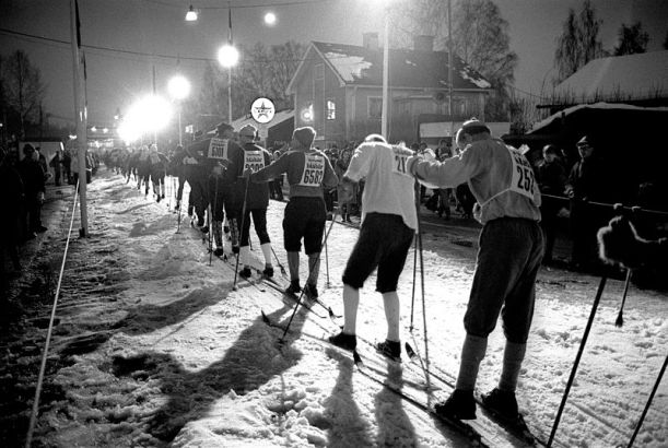Vasaloppet är en fantastisk svensk tradition. Här är det målgång i  1966 års lopp - en bökig historia med flera kilometer lång kö in i mål.  (Foto: Dalmas via Wikimedia Commons)