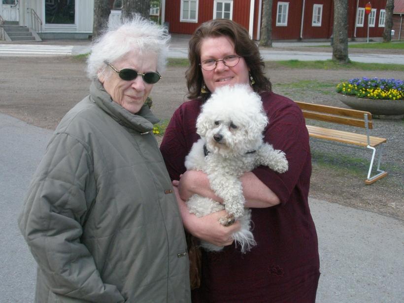 Mamma och jag med min äldsta hund Sunny, i Grythyttan maj 2009.