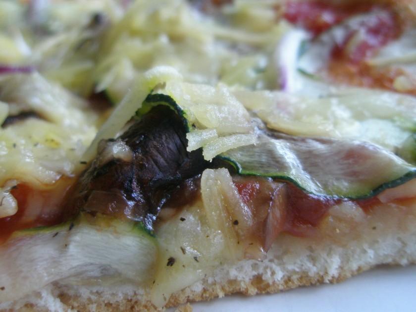 Sara Lee-pizza med svamp, squash, rödlök och ost - inte fel en lördagskväll!