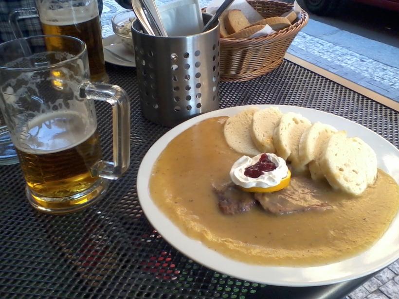 Svíčková, serverad på ett enkelt lunchställe och pub som i första hand frekventeras av tjecker. (Foto: Charles Thulin)