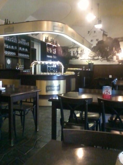 Krusovices egen pub ligger på den stora gatan Narodni i närheten av det stora torget Wenceslas Square. Rekommenderas starkt! (Foto: Charles Thulin)