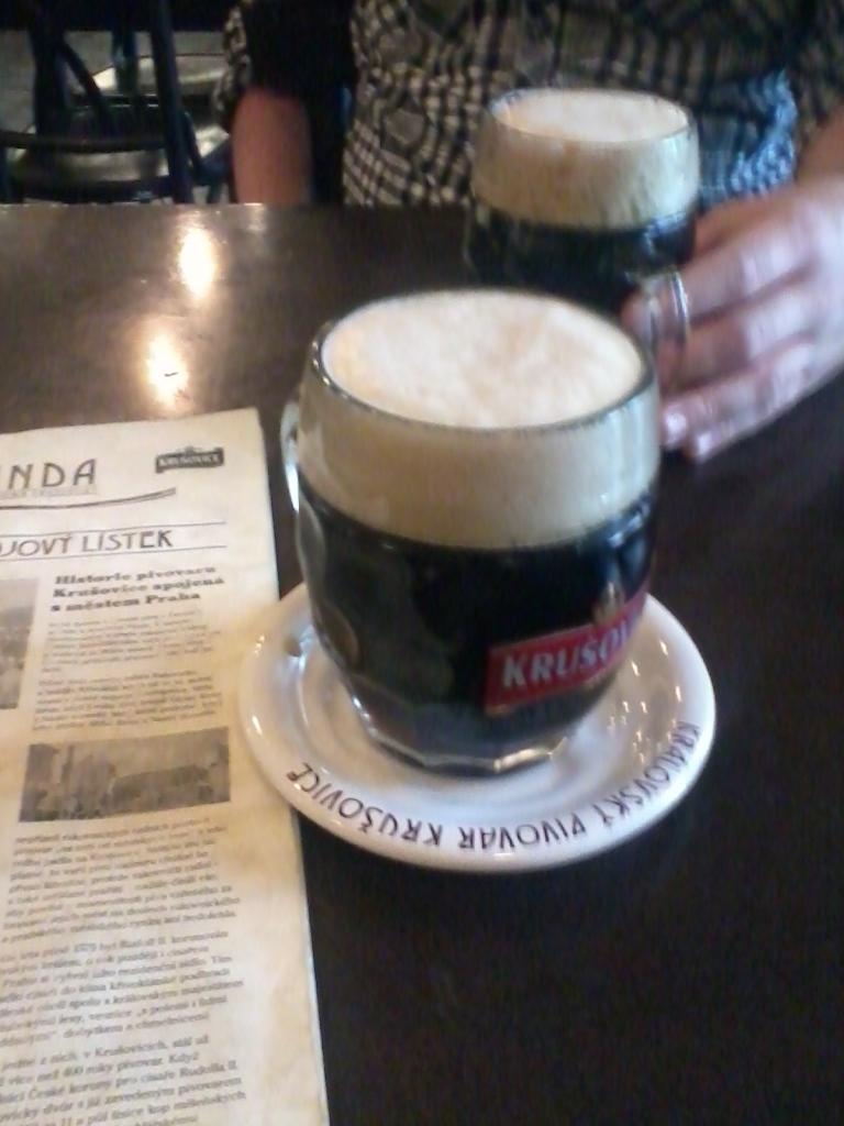 På Krusovices pub finns fem varianter av ölsorten där den allra godaste är Musketyr. På bilden en mörk Krusovice. (Foto: Charles Thulin)
