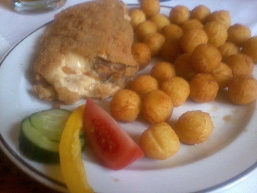 Denna stekta ölost innehöll också fläskkött och serverades med potatiskroketter. Detta var bland de mest vällagade rätter vi åt under vistelsen i Tjeckien. (Foto: Charles Thulin)