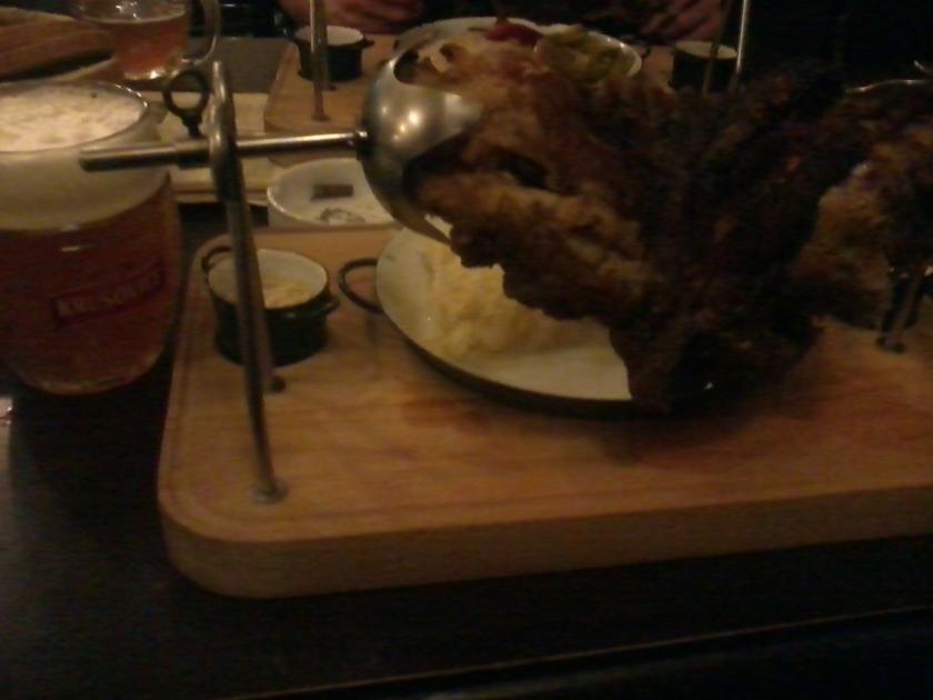 Den som besöker Krusovices pub kan med fördel också inta sin middag där. Den ugnsrostade , var helt fantastisk - här serverad med surkål, senap och färskriven pepparrot. (Foto: Charles Thulin)