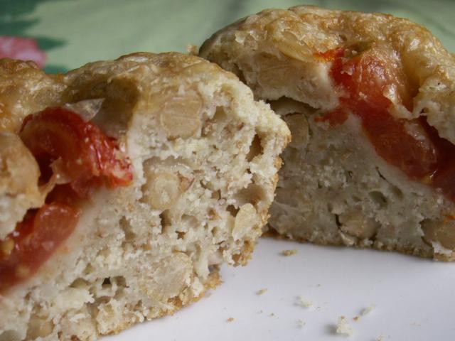 Matmuffins med kikärter, nötter, tomat och ost.