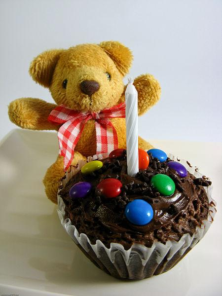 Födelsedagscupcake med choklad... Ser smarrig ut va? Får se om det blir något i den stilen till gudsonens kalas! (Foto: wikimedia commons)