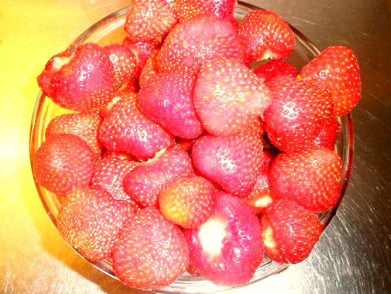 Jordgubbar är alltid rätt till mousserande vin. Lägg gärna i ett par i glaset vid servering också, det känns härligt lyxigt!