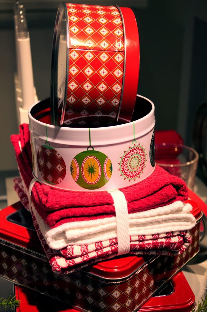 Burkar och kökshanddukar som förgyller julens kök.