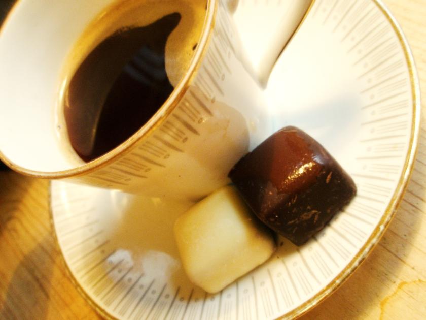 Godbitar från Åre chokladfabrik - hallontryffel täckt med mörk choklad och blåbärstryffel täckt med mörk. Gott så man svimmar...