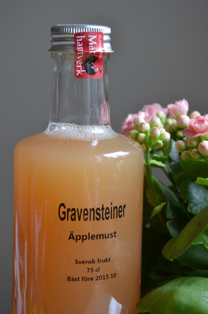Äppelmust på Gravensteiner är himmelskt god. I butiken säljs must på olika äppelsorter, så det är bara att välja!