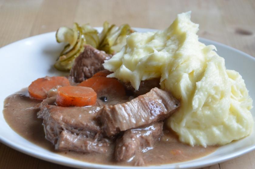 Skånsk kalops på underbart ekologiskt oxkött, med potatismos (ekologiskt förstås) och Alex gurka från Boana gård. Bättre kan det inte smaka!