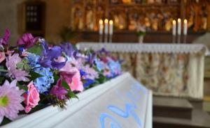 Hur det än är lindras sorgen i alla fall lite av en vacker och stämningsfull begravningsceremoni  (Foto: Silverstadens begravningsbyrå)