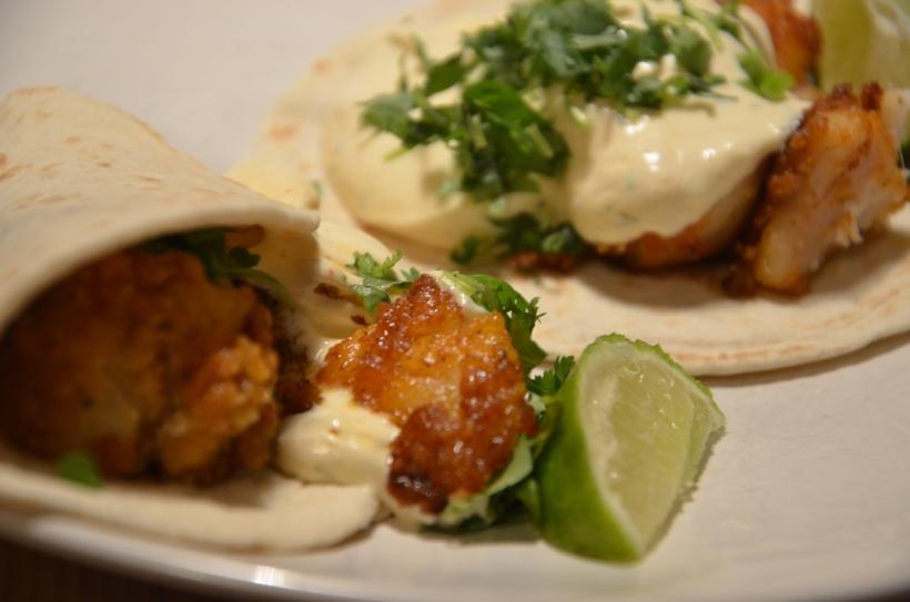 Baja Fish - krispig fiskfilé med härlig crème fraicheröra, lime och koriander - varför inte pröva lite strimlad rödkål till också?