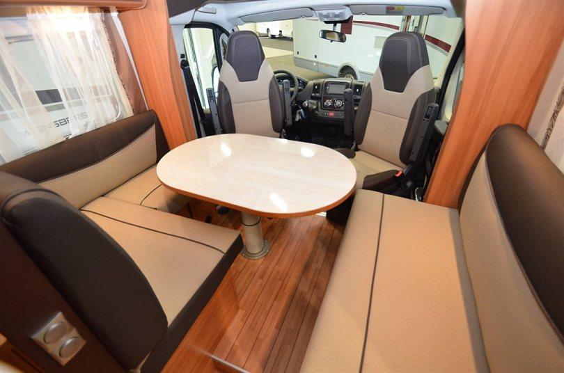 Sittutrymmet i en husbil är ofta fiffigt planerat - mycket plats på liten yta. (Foto: Husbilslandet)