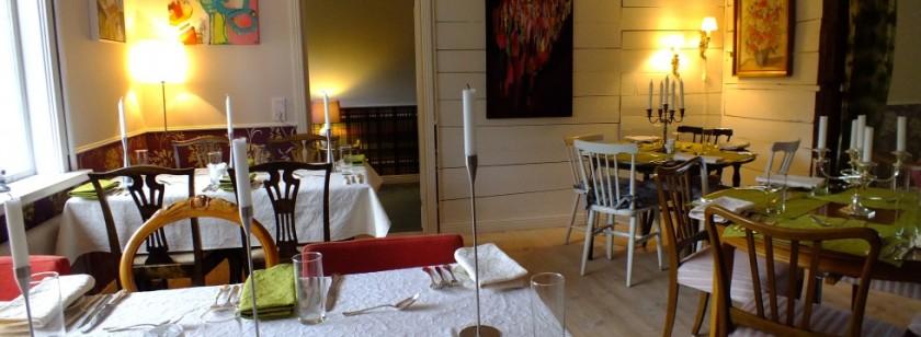 I den hemtrevliga restaurangen serveras god och vällagad mat, ofta på närproducerat och ekologiskt! (Foto: Under linden)