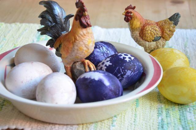 Frukostägg i ljusrosa (hallon), blålila (blåbär) och gula (gurkmeja) på påskens frukostbord.