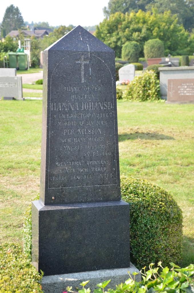 Graven finns alldeles nära södra grinden.