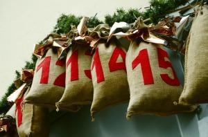 """""""Prylkalendrar"""" finns i mängder av varianter. Den här ståtar med små trevliga julsäckar där man lägger i små överraskningar, en för var dag fram till jul..."""