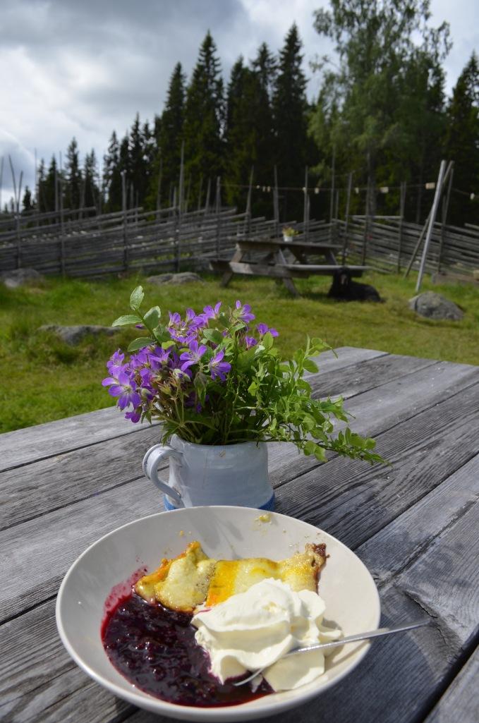Järvsö ostkaka med grädde och sylt - en ren delikatess! (Foto: Malin Norrby)