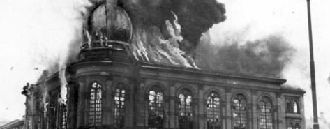 Den brinnande synagogan på Böhmerstrasse i Frankfurt 10 november 1938. Foto: Yad Vashem (från Forum för levande historia)