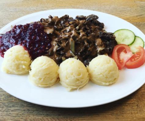 Renskav med mos, lingon och gräddsås - den lappländska versionen av köttbullar med potatis och lingon - som det serveras på Husmans i Gällivare